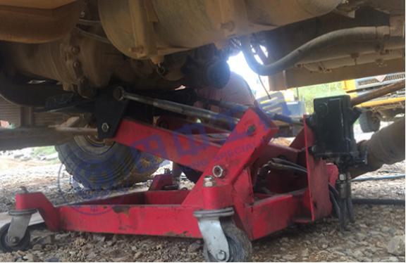 低位运送器帮助重型汽车更换离合器摩擦片 山东hj8828皇家赌场推荐